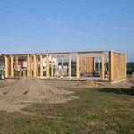 Innerhalb eines Tages stehen die Holzrahmen des Hauses - 30.08.2005