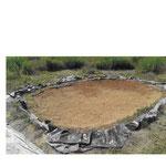 Der Teich nach dem Einsetzen der Rasensoden und dem Einfüllen des Kieses