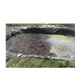 Sieben der unteren Schicht des Bodenmaterials in den Teich