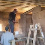 Die Innenwände werden mit Lehmsteinen gemauert - 21.09.2005
