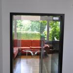 ...oder Türen, hier bei einer außergewöhnlichen Glasschiebetür - sie hat schwarz getöntes Glas...