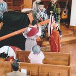 代わりにキレネ人シモンが十字架を担う。