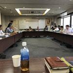 地方連合連絡協議会@連盟事務所会議室 正面に議長と書記、その左から反時計回りに北海道から九州まで、北から順番に席に着くことになっています。