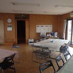 1階多目的ホール(食堂)、カウンター奥に厨房