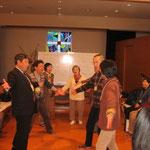 ⑦講演2の前にお楽しみタイム(賛美とゲームの時間)。宮内宏明先生・宮内千春先生(富士吉田教会牧師)の指導で、4つのグループに分かれ、手話を交えた賛美のパフォーマンスを披露しています。