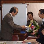入会式② 花束、記念品贈呈