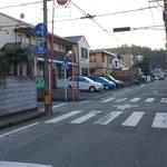 左折して西に進み、最初の十字路を左折(南向き:駿府城公園方向に一方通行)