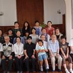 集合写真① 受浸者を囲んで愛餐会を行った後、集合写真を撮りました。