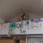 2回バルコニーに飾られた子供たちの作品