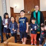 小学生以下の子どもたちを礼拝に迎え、祝福を祈りました。