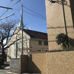 ①駐車場入り口(教会堂北東角)
