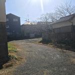③入り口を入って突き当たりを左に向いたところ、奥が駐車スペース(礼拝堂西側)
