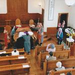 アリマタヤのヨセフがイエスの遺体を引き取り、墓に収める。
