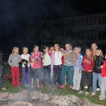 Die Kinder sangen für uns am Feuer ... es war sehr schön! DANKE