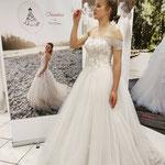 Prinzessinnen Brautkleid mit Perlen bestickt. Ein Klassiker und definitiv für die Prinzessinen Braut. Erhältlich in Gr 36-38.
