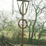 HELFER für D. und M., 1996, Golzow (Oderbruch), Weide, Weidenrinde, Holz, Ballenbinder, 280 x 600 cm