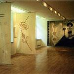 Selbst mit Dämonen, 1995, links: hängend Zeitugspapier in Öl getränkt mit Zeichnung aus Blut, Kohle, Sepia; rechts: Wandbild, Asche, Ruß, Kalk, Pigment auf Leinen