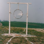 """HELFER """"MÜLLOBJEKT"""", 1990, Libbenichen, Holz, Kalk, Folie, Eisen, Strick"""
