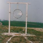 HELFER - MÜLLOBJEKT, 1990, Libbenichen (Pointinische Hänge), Holz, Kalk, Folie, Eisen, Strick