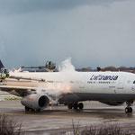 Letztes Bild...der Airbus A330-343X (Lufthansa / D-AIKQ) beim enteisen...er flog anschließend nach Chicago...und ich nach Hause...