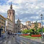 Valencia - Nach dem Regen lässt die Sonne den Plaza de la Reina erstrahlen. Im Hintergrund die Kathedrale.