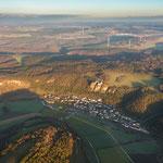 Das Altmühltal und der Blick auf Arnsberg mit Burg und die Altmühl die sich durchs Tal schlängelt (Punkt 3 auf der Karte)