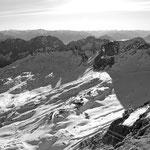 Blick von der Zugspitze auf das Zugspitzplatt mit Skigebiet