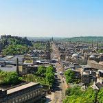 Blick auf die Princes Street vom Calton Hill - links befindet sich Edinburgh Castle