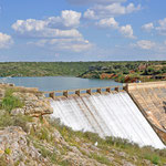 Blick auf den Staudamm der Lagunas vom Castillo de Peñarroya