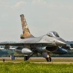 ...keine Ahnung wie ihr das seht, aber SO muss ein Kampfjet aussehen!!!