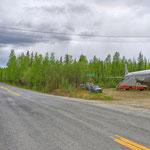 Old Steese Highway Richtung Fairbanks - Manch einer stellt sich auch ein Flugzeug in den Vorgarten