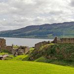 Blick auf Urquhart Castle und Loch Ness