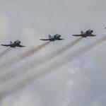 Beim schnellen Überflug zieht die Formation die typischen Rauchfahnen hinter sich her