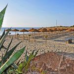 Menschenleerer Strand am Morgen (bei Porto Corallo)