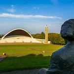 Die Tallinner Sängerfestwiese mit Statue von Gustav Ernesaks
