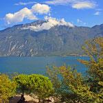 Blick von Limone sul Garda auf den Gardasee und den Berg Monte Baldo