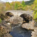 Tolle Bauwerke entlang des Loch Ness. Die alte Brücke von Invermoriston.