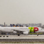 """Let it snow, let it snow, let it snow..."" Airbus A320-213 von TAP Portugal (CS-TNL) durch den Schneesturm zum Start"