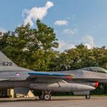 Gegenüber die andere F-16 in toller Beleuchtung durch die Abendsonne