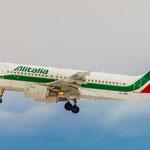 Alitalia Airbus A319-112 (EI-IMW) im Final
