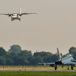 """Tschechischer Let L-410 Transporter beim Landanflug, während der """"Tiger"""" 30+29 zur Last Chance rollt."""