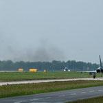 """Die """"Wachabläsung"""" der Eurofighter auf dem Weg zum Start. Im Hintergrund gibt eine F-4F gerade Vollgas (wie man unschwer erkennen kann)"""