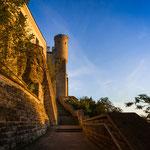 Blick auf einen Schlossturm beim Aufstieg zum Domberg