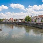 Blick von der Elisenbrücke auf den gut besuchten Donaukai