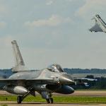 Nachmittagsrunde: Während sich der Eurofighter kraftvoll in den Himmel erhebt, taxt die F-16 aus Holland zum Start
