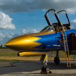 Die Lackierung ist im Sonnenlicht einfach ein Traum. Am Ansaugschacht sind die Wappen der ehemaligen F-4F-Verbände aufgebracht