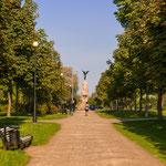 Raus aus dem Zentrum: Weg im Kadriorg-Park mit Blick auf das Russalka-Denkmal