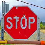 Richardson Highway - Straßenschilder werden in Alaska gern als Zielscheibe benutzt