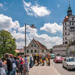 Der Fanfarenzug auf der Elisenbrücke, rechts thront das Schloss über der Donau