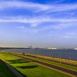 Blick über die Pirita-Promenade auf die Tallinner Bucht und das Stadtzentrum